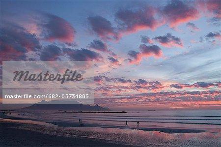 Coucher de soleil incandescent à Big Bay, Bloubergstrand, Cape Town, Western Cape Province, Afrique du Sud