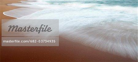 Surf sur la plage de la baie de Thompson, Province du KwaZulu Natal, Afrique du Sud