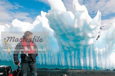 """L'Antarctique, la péninsule Antarctique, Paradise Harbour, un pilote du zodiac, Mark Hannaford, porte sur la mise à la terre """"""""growler'"""
