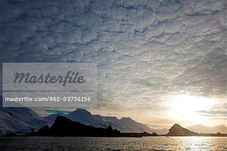 L'Antarctique, la péninsule Antarctique, Half Moon Bay, une toile de fond spectaculaire abrite le site d'une base de scientifique argentin saisonnier.