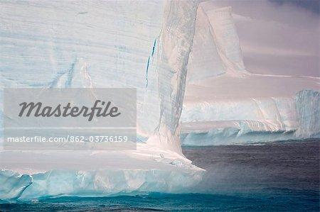 L'Antarctique, l'Antarctic Sound et Hope Bay, Icebergs et vent catabatique élevé au large de la base permanente argentin.