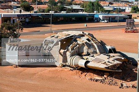 Australie, Australie-méridionale, Coober Pedy. Un vaisseau spatial prop de film tiré du film Pitch Black a laissé dans le canton de Coober Pedy.