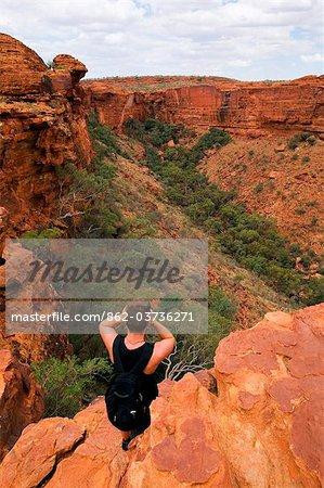 Australie, Northern Territory, Parc National de Watarrka (Kings Canyon). Un homme donne sur Kings Canyon. (PR)