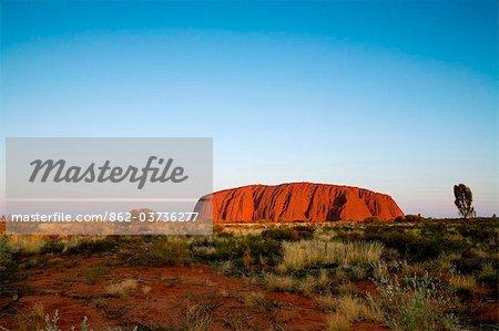 Australie, Northern Territory, Parc National d'Uluru-Kata Tjuta. Uluru (Ayers Rock) au coucher du soleil. (PR)