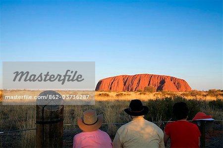 Australie, Northern Territory, Parc National d'Uluru-Kata Tjuta. Touristes regarder le coucher de soleil sur Uluru (Ayers Rock). (PR)