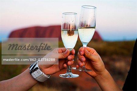 Australie, Northern Territory, Parc National d'Uluru-Kata Tjuta. En appréciant un verre de vin à Uluru (Ayers Rock). (PR)