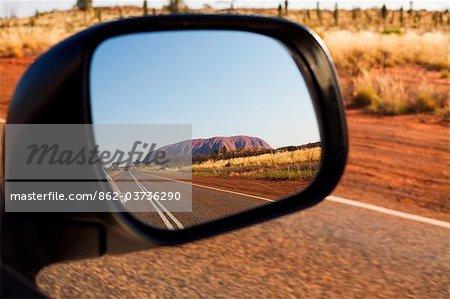 Australie, Northern Territory, Parc National d'Uluru-Kata Tjuta. Uluru (Ayers Rock) dans le miroir de vision arrière. (PR)