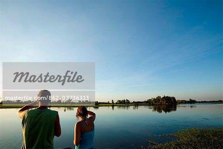 Australie, nord du territoire, le Parc National de Kakadu, Cooinda. Touristes surplombant les marais d'eau jaune.(PR)