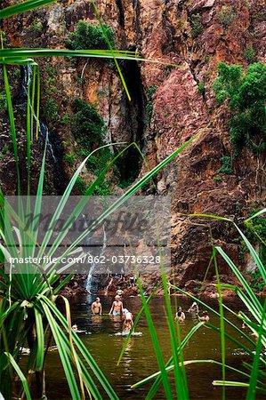 Australie, Northern Territory, Parc National de Litchfield. Nageuse aux Wangi Falls - une baignade populaire.(PR)
