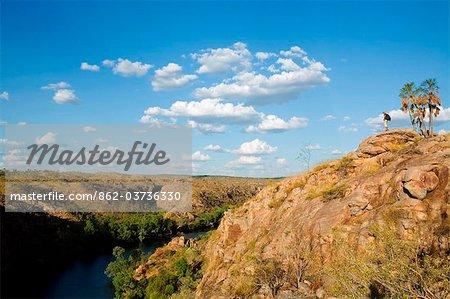 Australie, Northern Territory, Nitmiluk National Park. Un randonneur surplombe de Katherine Gorge.