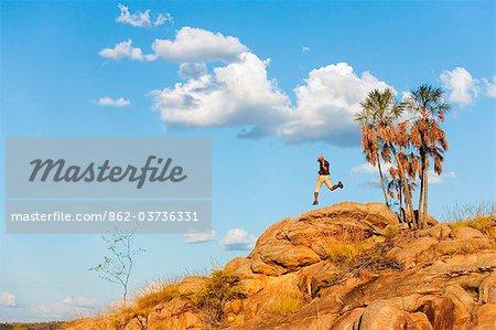 Australie, Northern Territory, Katherine. Un randonneur s'élance dans l'ensemble de roches dans le Parc National Nitmiluk (Katherine Gorge).
