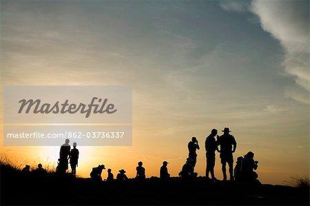 Australie, Northern Territory, Parc National de Kakadu. Visiteurs regarder le coucher de soleil depuis le belvédère de Nadab à Ubirr.(PR)