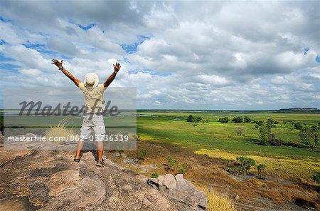 Australie, Northern Territory, Parc National de Kakadu. Un touriste se dresse au sommet de l'escarpement de Nadab à Ubirr. (PR)