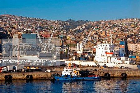 Chili, Port de Valparisio. L'odckside animée de Chiles principales port de commerce dans la lumière matinale.