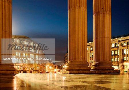Angleterre, Londres. Londres cathédrale Saint-Paul au crépuscule. Vue sur Ludgate Hill.