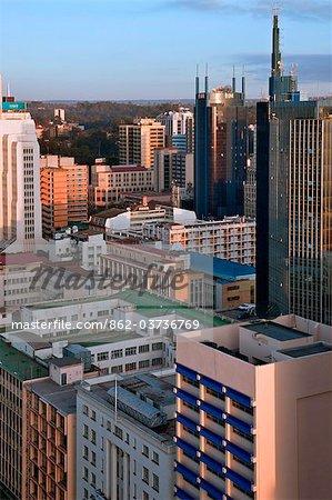 Kenya, Nairobi. Le quartier central des affaires de Nairobi en plein soleil tôt le matin.