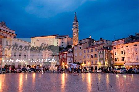Slovénie, Piran. Vue vespérale Tartini Square à Piran sur les rives de la mer Adriatique.