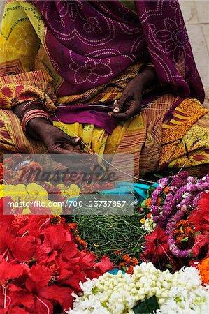 Femme vendant des fleurs, Varanasi, District de Varanasi, Uttar Pradesh, Inde