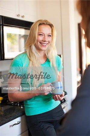 Frauen trinken Kaffee, Long Beach, Los Angeles County, Kalifornien, USA