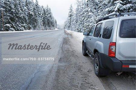 SUV garé à côté de la route, près de Hope, en Colombie-Britannique, Canada