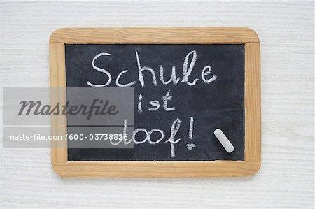 Chalk Board avec école est stupide dans le texte allemand