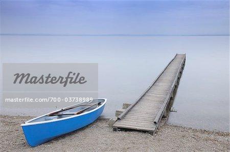 Bateau et le quai sur le lac de Chiemsee, Bavière, Allemagne