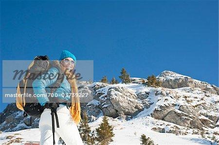 Frau vor Snow Covered Mountain