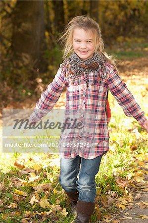 Fille se promener à l'extérieur en automne