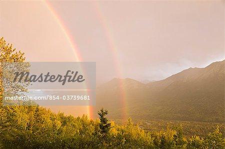 Sonnenuntergang von einem doppelten Regenbogen breiteten sich über Eagle River Valley nach einem Sturm vorbei, South Central Alaska, Sommer