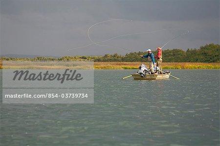 Les pêcheurs mouche de pêche d'un bateau dans la baie de Bristol près de Crystal Creek Lodge, King Salmon, sud-ouest de l'Alaska, l'été
