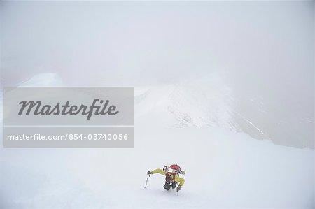 Backpacker klettert der West Ridge von Mt. Chamberlin in der Brookskette, ANWR, Arktis, Alaska, Sommer