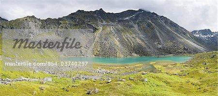 Superbe panorama du lac Reed inférieur en montagnes Talkeetna, vallée de l'Archange, Hatcher Pass, centre-sud de l'Alaska, été