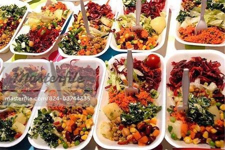 Salate auf dem indischen Curry-Festival in Brick Lane, London, England