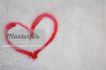 Rotes Herzform auf weiße Wand