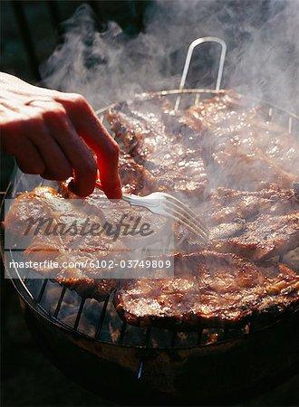 Viande étant sur le barbecue.