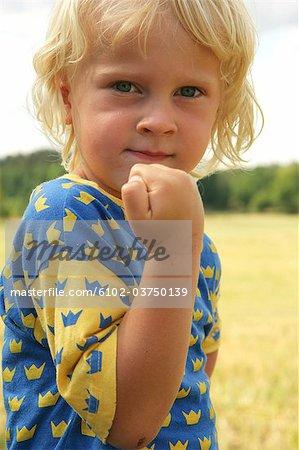 Un garçon avec son poing fermé.
