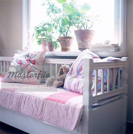 Küche Sofa mit Kissen und ein Kuscheltier.