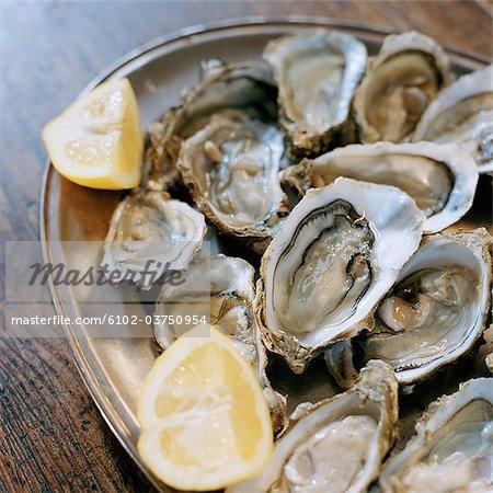 Une assiette d'huîtres.