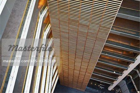 Atrium et des allées piétonnières dans l'immeuble de bureaux moderne