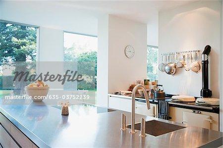 Moderne Küche mit Edelstahl-Zähler