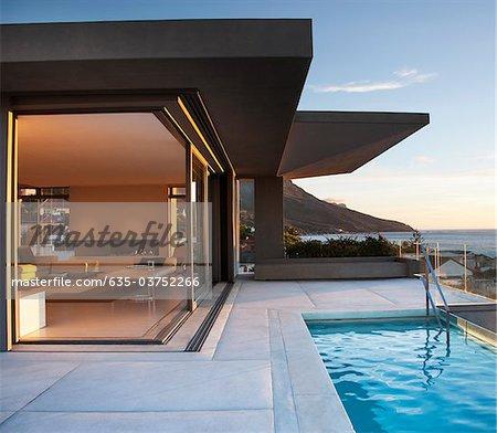 Moderne Wohnzimmer und Terrasse neben dem Schwimmbad