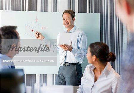 Unternehmer im Gespräch mit Kollegen im Konferenzraum Cube holding