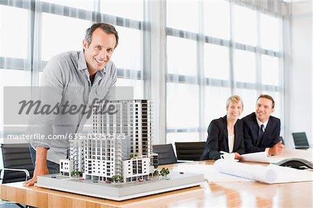 Architekten in Konferenzraum mit Modellerstellung