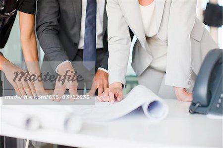 Blick auf Blaupausen im Büro Architekten