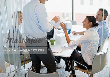 Geschäftsleute, Blick auf den Würfel im Konferenzraum