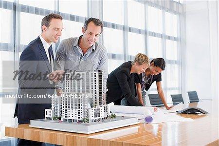 Geschäftsleute, Blaupausen und Modellbau