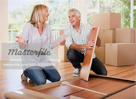 Couple déballage des boîtes dans la nouvelle maison