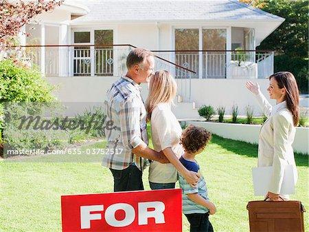 Grundstücksmakler-Ergebnis-Familie ein Haus zu verkaufen