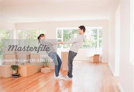 Couple ludique dans maison neuve