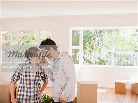 Couple parlait au téléphone portable dans la nouvelle maison